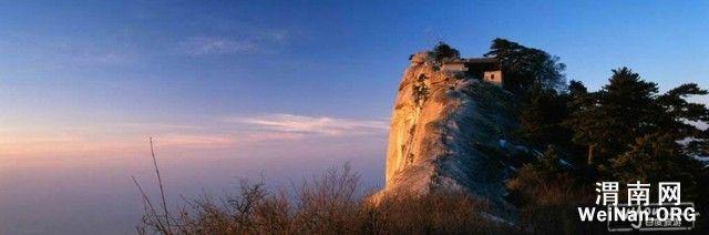 """走进华山 位于陕西省西安市以东120公里的华阴市境内,自古以来就有""""奇险天下第一山""""的说法。华山的著名景区多达210余处,有凌空架设的长空栈道,三面临空的鹞子翻身,以及在峭壁绝崖上凿出的千尺幢、百尺峡、老君犁沟等,其中华岳仙掌被列为关中八景之首。几大主峰各有特色,如西峰绝壁,东峰日出,南峰奇松,北峰云雾。 华山以其峻峭吸引了无数游览者。山上的观、院、亭、阁、皆依山势而建,一山飞峙,恰似空中楼阁,而且有古松相映,更是别具一格。山峰秀丽,又形象各异,如似韩湘子赶牛、金蟾戏龟、白蛇遭难。 峪道的潺潺流水"""